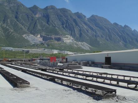 En primer plano las pistas de fabricación de vigueta de alma abierta en nuestra planta en Santa Catarina Nuevo León